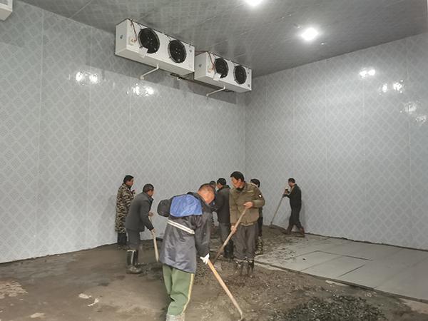 贫困户在参与扶贫产业冷库建设