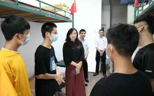 江西科技学院校长张海涛与同学们亲切交谈