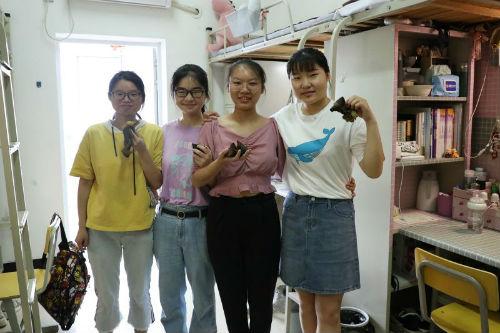 同学们收到学校的粽子很开心 (2)
