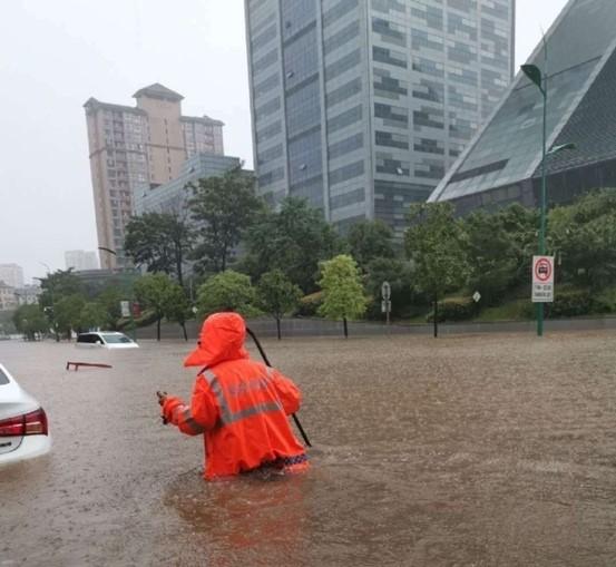 新余市渝水区城区内涝严重,积水至腰间。