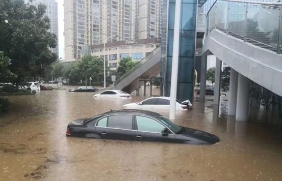 新余市渝水区城区内涝严重,车辆被淹
