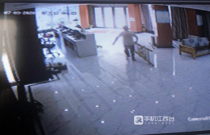 江西中正司法鉴定中心工作人员拿梯子去搭救落水少年