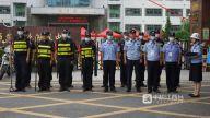 为保障考生考试安全有序,考场外执勤工作人员时刻准备