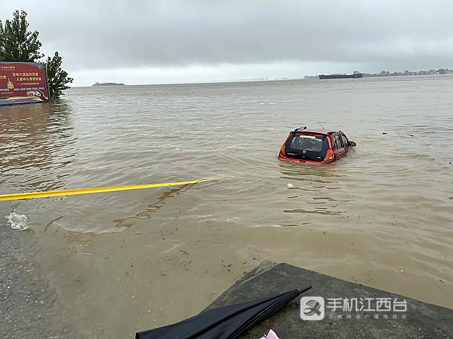手刹没拉上车子滑入江中