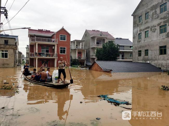受暴雨影响,鄱阳百姓划船出行。