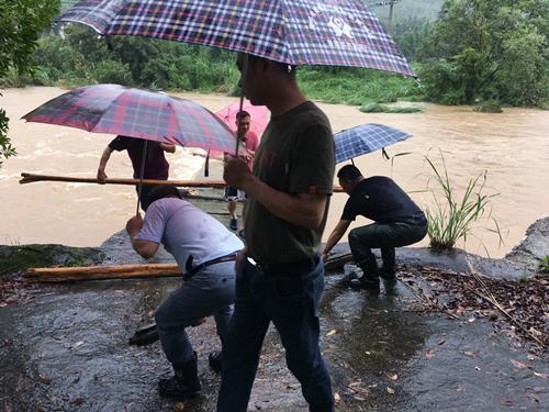 邵书记及前程村两委干部将已淹没的桥堵住,以防止居民通行,提醒村民注意安全2