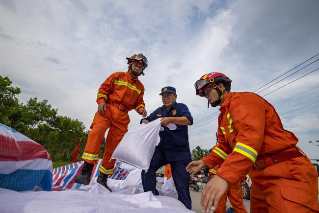 7月11日,长江干堤湖口砂洲堤段,消防人员正在筑堤防3