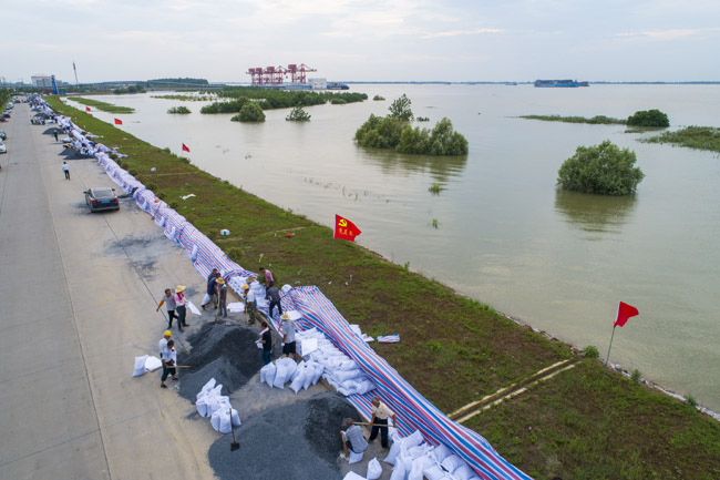 7月11日,长江干堤湖口砂洲堤段,千名干群正在筑堤防汛。