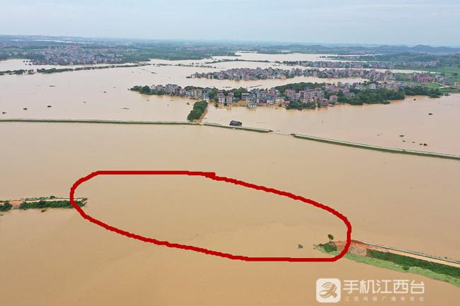 鄱阳县问桂道圩发生溃决,中国安能第二工程局在封堵决口。