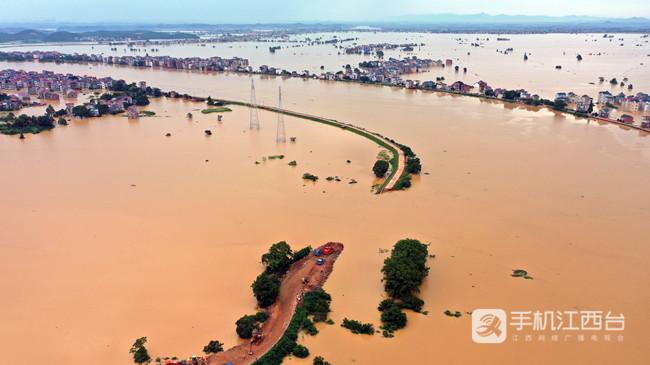 鄱阳县问桂道圩发生溃决,中国安能第二工程局在封堵决口。1
