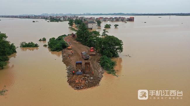 鄱阳县问桂道圩发生溃决,中国安能第二工程局在封堵决口。2