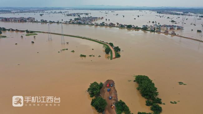 鄱阳县问桂道圩发生溃决,中国安能第二工程局在封堵决口。3