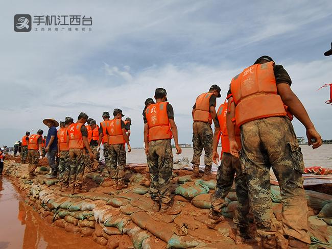武警江西总队机动支队官兵在鄱阳县的昌江圩堤上抢险。记者陶望平 摄