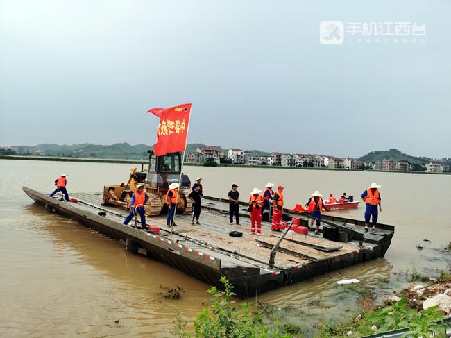 248 利用动力舟桥将大型挖掘机、推土机运送至下游堤头_副本