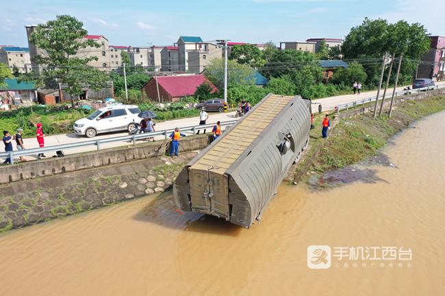 中国安能第二工程局厦门分公司开辟水上运输通道,协调中船应急利用动力舟桥将大型挖掘机、推土机运送至堤头。