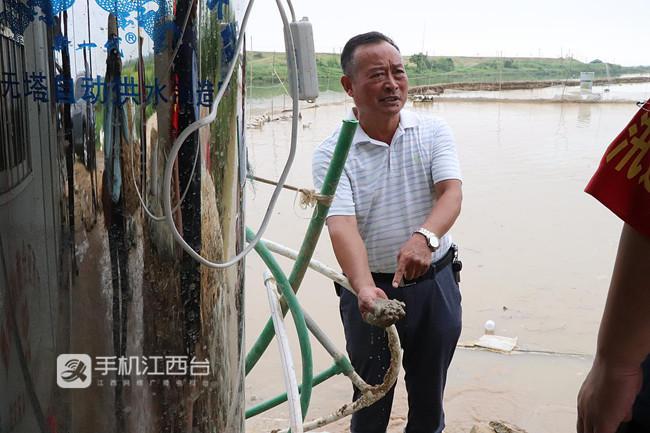 刘明佑在长湖子杨家村段指导处置泡泉险情