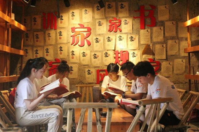 实践团成员阅读红色家书