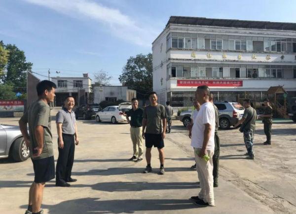 徐卿局长与抗洪官兵亲切交流(九江市文广新旅局供图)