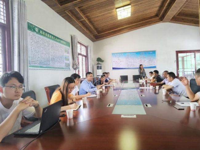 图为考察团会同当地工作人员讨论园区以及周边乡村的环境状况
