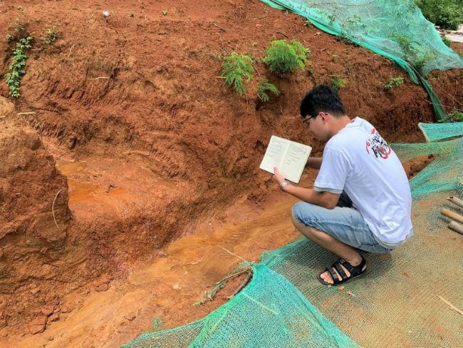 图为观察团成员实地考察雨水径路情况