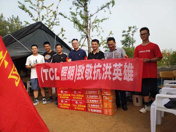 2.TCL教育照明九江总代理胡智忠一定慰问防汛值守人员