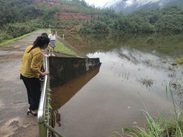 镇纪委在杨梅垅水库查看泄洪情况