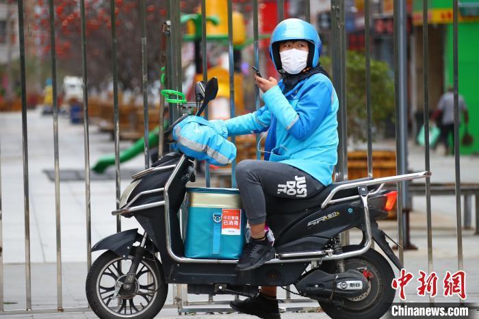 资料图:ldsports乐动体育南昌街头的外卖骑手。 刘占昆 摄