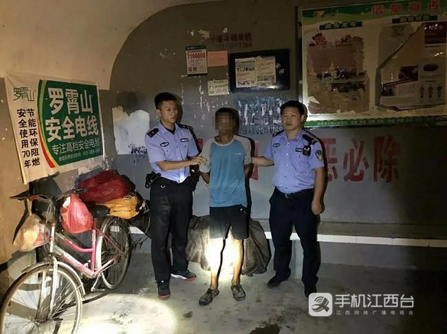 遂川县公安民警在一候车亭内抓获逃犯尹某君