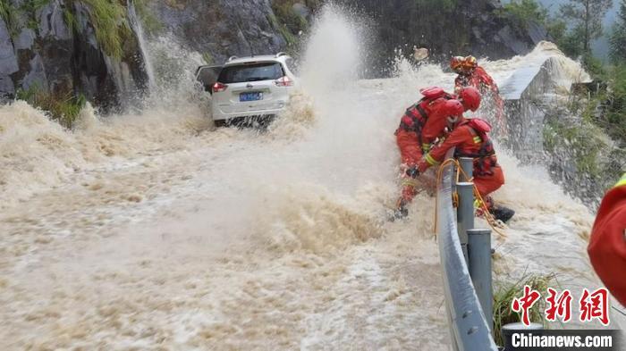 现场山洪湍急,情况十分危急 何立挺 摄