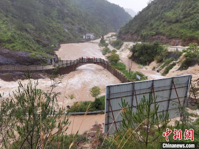 台风天游客被困山腰激流救援人员悬崖上开辟生命通道