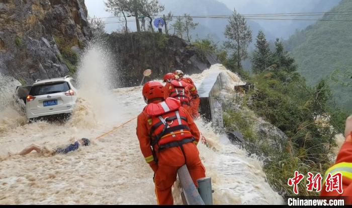 被困人员系好安全绳后,救援人员将其拉到安全处 何立挺 摄