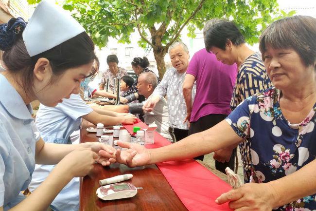 志愿者为老人们检测血压、血糖