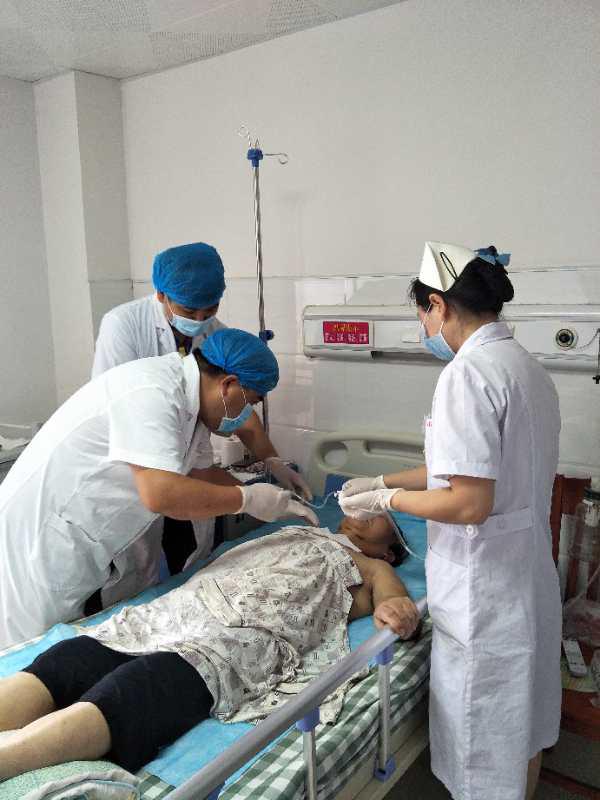 五官科医护人员对患者进行诊疗(吉安市第一人民医院供图)