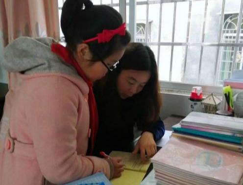 市优秀教师杨丽平在辅导学生(刘敏摄)