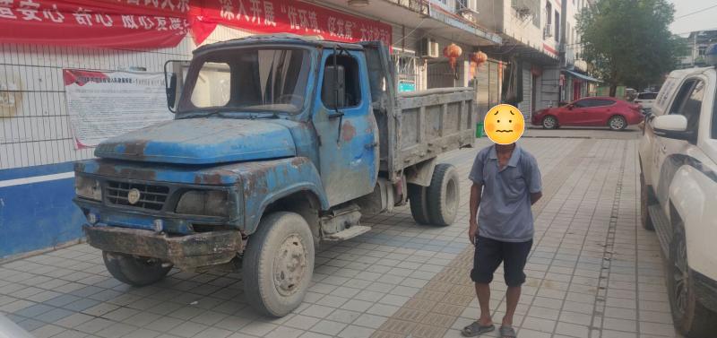 老汉不舍报废车,交警劝说才拆解