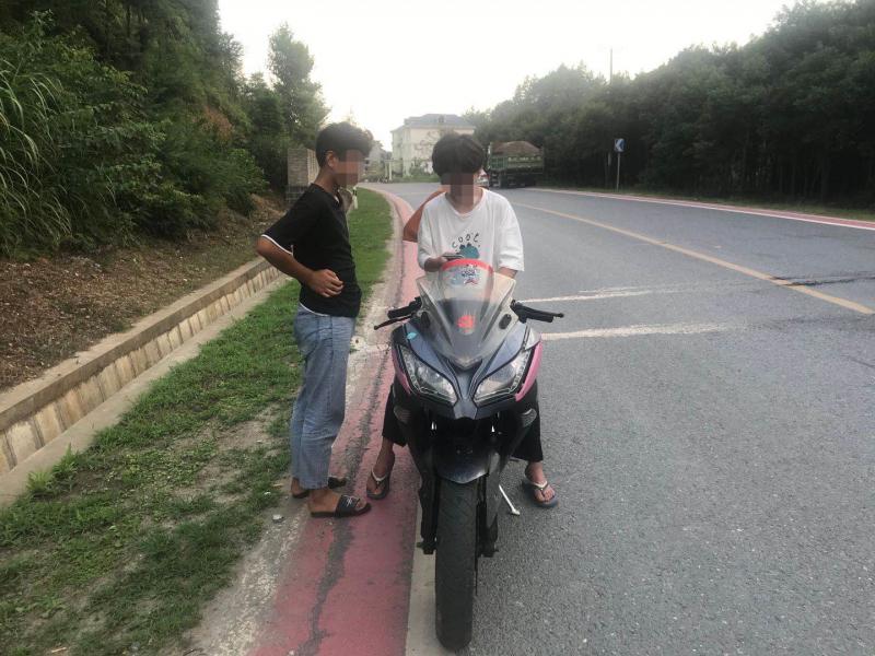 少年偷骑摩托车,交警耐心讲安全