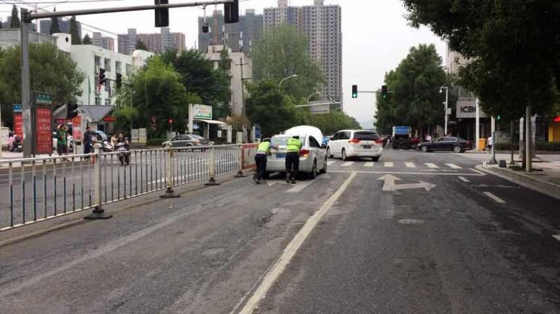 图5:林桥红绿灯路口推小车