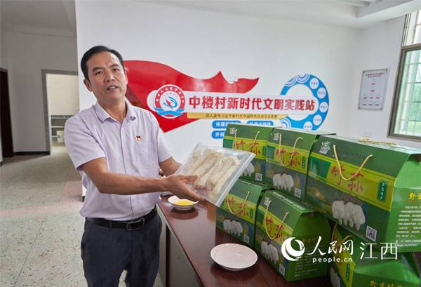 王道玖正在向记者介绍农产品。刘峰 摄