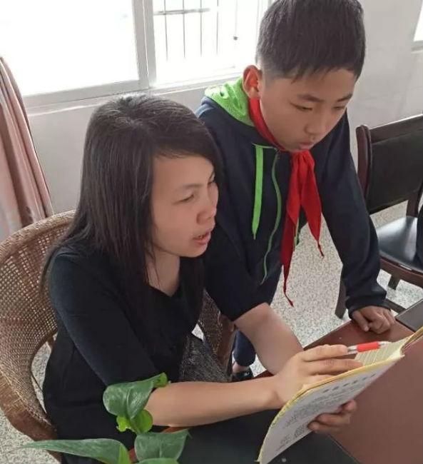 谢美华老师在辅导学生赖坤摄