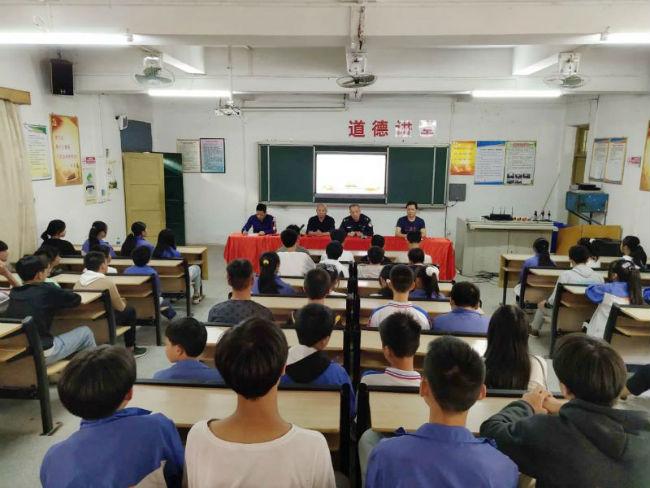 沙石派出所刘筱斌副所长为同学们开展法治讲座---拍摄员 易淑清