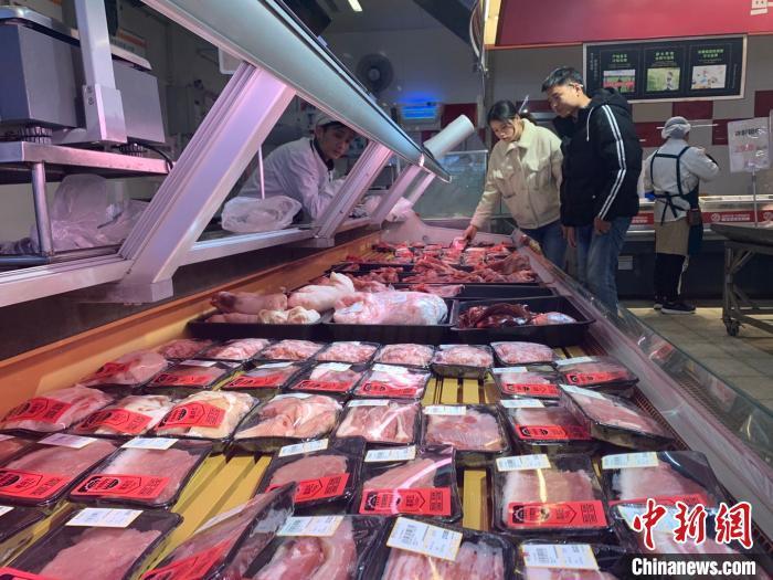资料图:长沙市民在超市选购猪肉。 鲁毅 摄