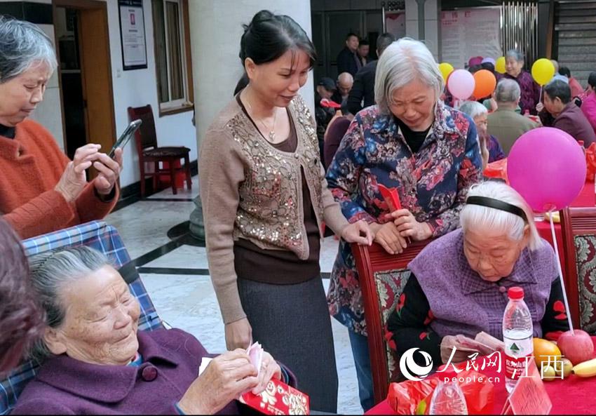 发放现金后,老人们非常开心。(陈婷/摄)