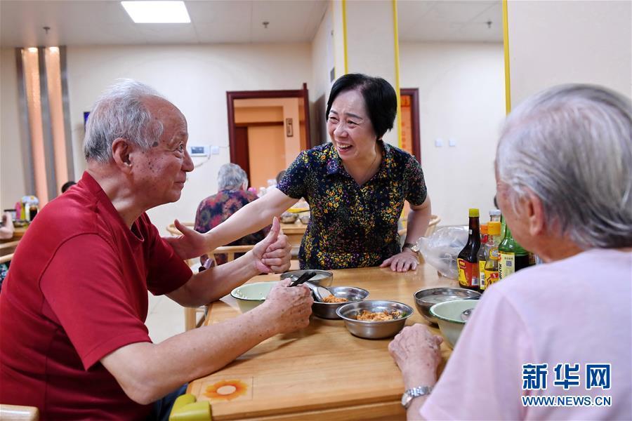 """(习近平的小康故事·新华网·图文互动)(3)""""让所有老年人都能有一个幸福美满的晚年""""——习近平和尊老养老的故事"""