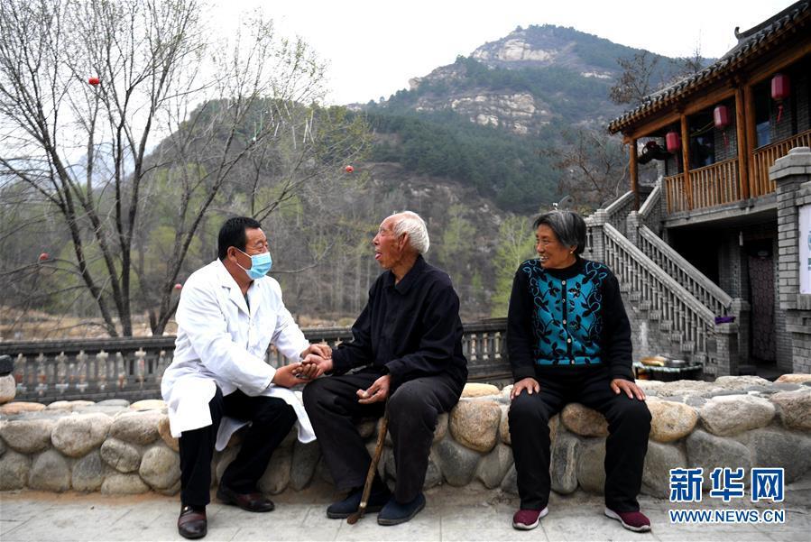 """(习近平的小康故事·新华网·图文互动)(9)""""让所有老年人都能有一个幸福美满的晚年""""——习近平和尊老养老的故事"""
