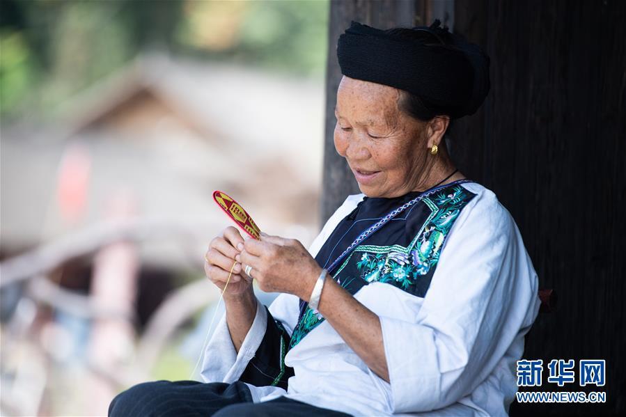 """(习近平的小康故事·新华网·图文互动)(4)""""让所有老年人都能有一个幸福美满的晚年""""——习近平和尊老养老的故事"""