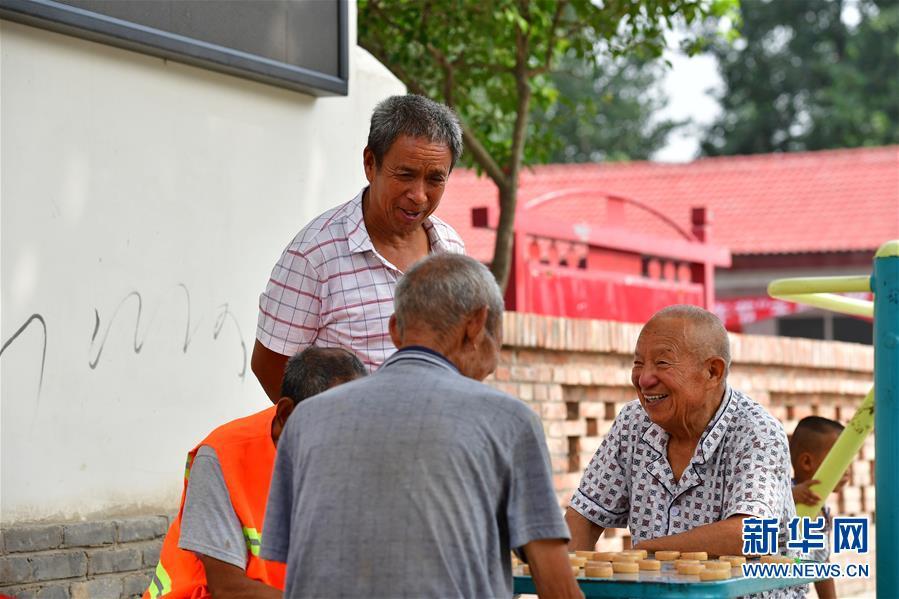 """(习近平的小康故事·新华网·图文互动)(6)""""让所有老年人都能有一个幸福美满的晚年""""——习近平和尊老养老的故事"""