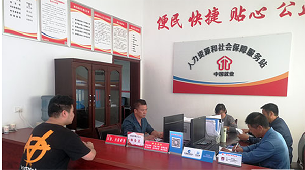 圳上村村支两委在党群服务中心集中办公
