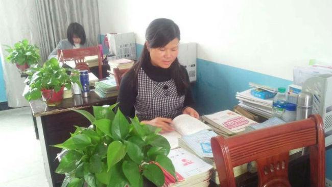 刘芳老师在备课