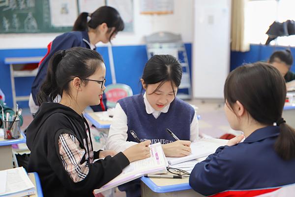 郭晓禾在与同学讨论作业