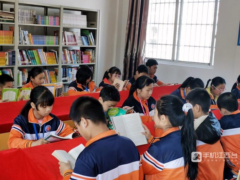 南昌高新区清华实验学校的学生们在阅读室看书。记者陶望平 摄